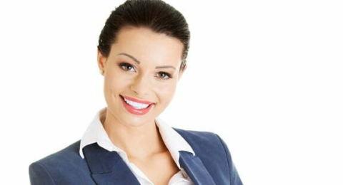 beyaz yakalı kadın gülümsüyor